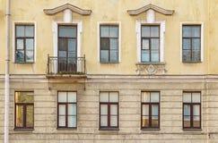 Vensters op een rij en balkon op voorgevel van flatgebouw Royalty-vrije Stock Afbeelding