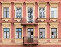 Vensters op een rij en balkons op voorgevel van flatgebouw Stock Fotografie