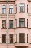 Vensters op een rij en erker op voorgevel van flatgebouw Royalty-vrije Stock Foto's