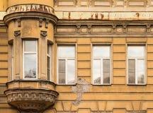 Vensters op een rij en erker op voorgevel van flatgebouw Royalty-vrije Stock Afbeelding