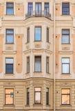 Vensters op een rij en erker op voorgevel van flatgebouw Royalty-vrije Stock Fotografie
