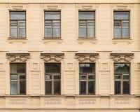 Vensters op een rij op voorgevel van de Universiteit heilige-Petersburg van Economie Royalty-vrije Stock Fotografie