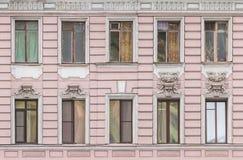 Vensters op een rij op voorgevel van flatgebouw Royalty-vrije Stock Afbeelding