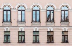 Vensters op een rij op voorgevel van flatgebouw Stock Afbeeldingen