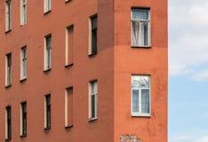 Vensters op een rij op voorgevel van flatgebouw Royalty-vrije Stock Afbeeldingen