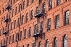 Vensters op oude de bouwachtergrond Royalty-vrije Stock Foto