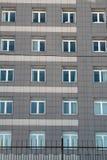 Vensters op voorgevel van een gebouw met meerdere verdiepingen Stock Afbeeldingen