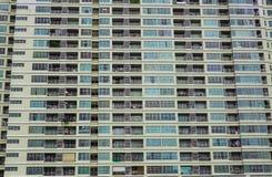 Vensters in rij op voorgevel van flatgebouw Royalty-vrije Stock Fotografie