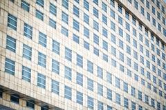 Vensters van bureaugebouwen Stock Afbeelding