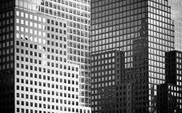 Vensters van bureaugebouwen Royalty-vrije Stock Afbeelding