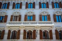Vensters van de mooie witte bouw in Cagliari, Sardinige royalty-vrije stock afbeeldingen