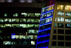Vensters van een bureaugebouw bij nacht Royalty-vrije Stock Foto