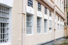 Vensters van een gevangenisgebouw met bars stock fotografie
