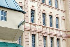 Vensters van een gevangenisgebouw met bars stock foto