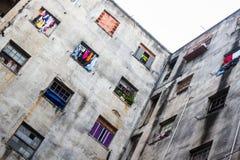 Vensters van een verlaten die gebouw als krottenwijk wordt gebruikt stock afbeeldingen
