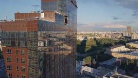 Vensters van Wolkenkrabber Bedrijfsbureau met blauwe hemel klem De collectieve bouw in stad Wolkenkrabber met weerspiegelde Venst Royalty-vrije Stock Afbeelding
