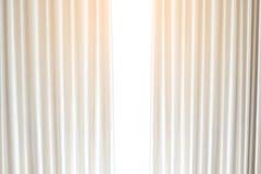 Venstersgordijn met Witte Achtergrond Stock Foto