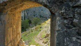 Vensteruitvlucht in de oude vestingsmuur in Montenegro stock footage