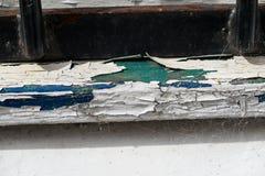 Venstervensterbank die gebarsten en afschilferende verf tonen Stock Foto's