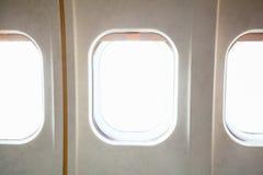 Venstervliegtuig en lege witte vensterspatie op witte B Royalty-vrije Stock Foto's