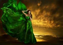 Vent de flottement de robe de mode de femme, tissu en soie vert de robe photographie stock libre de droits