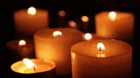 Vent soufflant sur des bougies banque de vidéos