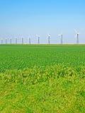 Vent-turbines sur une zone verte Image libre de droits