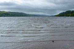 Vent violent causant des vagues dans le lac Bala avant de pleuvoir photos libres de droits
