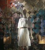 Venta al por menor de las compras de la exhibición del escaparate del maniquí de la moda Fotos de archivo libres de regalías