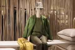 Venta al por menor de las compras de la exhibición del escaparate del maniquí de la moda Imágenes de archivo libres de regalías