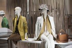 Venta al por menor de las compras de la exhibición del escaparate del maniquí de la moda Imagen de archivo