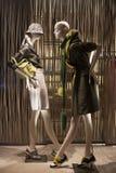 Venta al por menor de las compras de la exhibición del escaparate del maniquí de la moda Foto de archivo