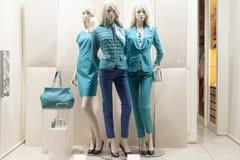 Venta al por menor de las compras de la exhibición del escaparate del maniquí de la moda Imagenes de archivo