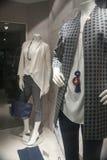 Venta al por menor de las compras de la exhibición del escaparate del maniquí de la moda Fotos de archivo