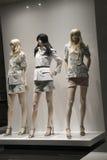 Venta al por menor de las compras de la exhibición del escaparate del maniquí de la moda Imagen de archivo libre de regalías
