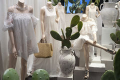Venta al por menor de las compras de la exhibición del escaparate del maniquí de la moda Fotografía de archivo libre de regalías