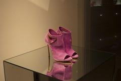 Venta al por menor de las compras de la exhibición del escaparate del zapato de la moda Fotografía de archivo libre de regalías