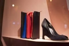 Venta al por menor de las compras de la exhibición del escaparate del zapato de la moda Fotografía de archivo
