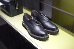 Venta al por menor de las compras de la exhibición del escaparate del zapato de la moda Imágenes de archivo libres de regalías