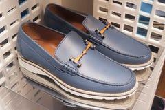 Venta al por menor de las compras de la exhibición del escaparate del zapato de la moda Imagenes de archivo