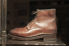Venta al por menor de las compras de la exhibición del escaparate del zapato de la moda Fotos de archivo libres de regalías