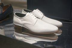 Venta al por menor de las compras de la exhibición del escaparate del zapato de la moda Foto de archivo libre de regalías