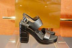 Venta al por menor de las compras de la exhibición del escaparate del zapato de la moda Imagen de archivo libre de regalías
