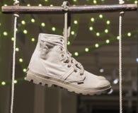 Venta al por menor de las compras de la exhibición del escaparate del zapato de la moda Fotos de archivo