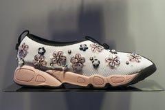 Venta al por menor de las compras de la exhibición del escaparate del zapato de la moda Imagen de archivo