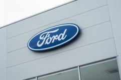 Venta al por menor del logotipo de Ford en frente de la tienda Fotos de archivo