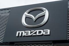 Venta al por menor del logotipo de Mazda en frente de la tienda Fotos de archivo