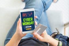 Venta cibernética de lunes usando la tarjeta de crédito a comprar con el código del promo, v superior foto de archivo