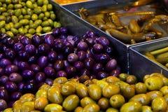 Venta de aceitunas y de salmueras en el mercado de Jerusalén en Israel foto de archivo libre de regalías