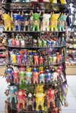 Venta de artes peruanos en tienda de souvenirs en Perú handmade imagen de archivo libre de regalías
